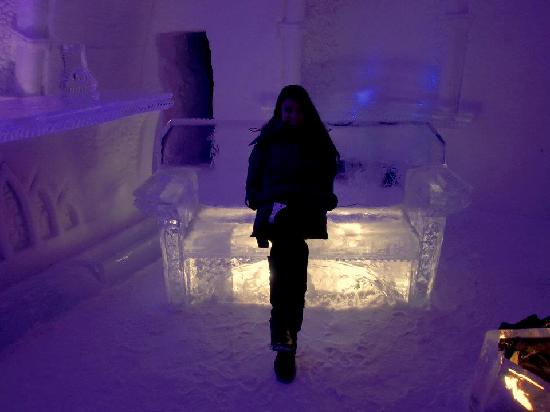 Hotel de Glace: Ice bench at night