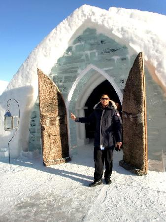 Hotel de Glace: entrance to an igloo