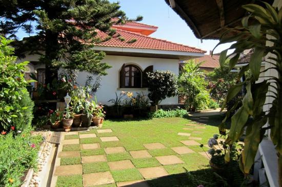 La Residence Camelia: Das Haupthaus mit Gartenanlage
