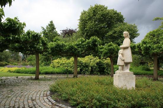 Westbroekpark: a statue