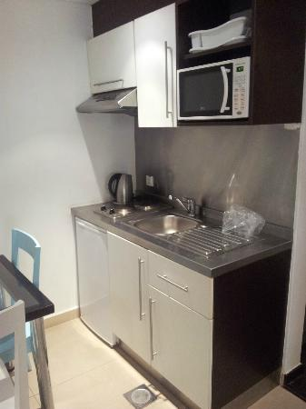 Sky Suites Beirut: kitchen
