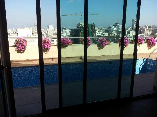 Sky Suites Beirut: pool from inside