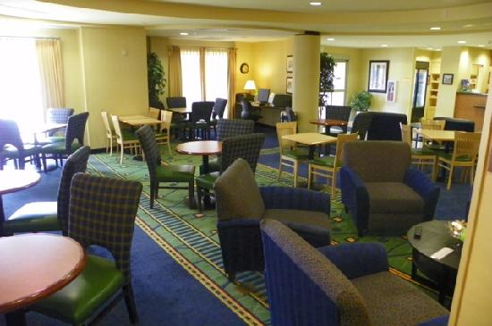 SpringHill Suites Portland Vancouver: breakfast & sitting area in lobby