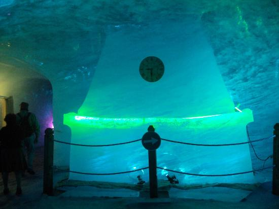 Montenvers - Mer de Glace train: Formas talladas dentro de la gruta excavada en el glaciar.