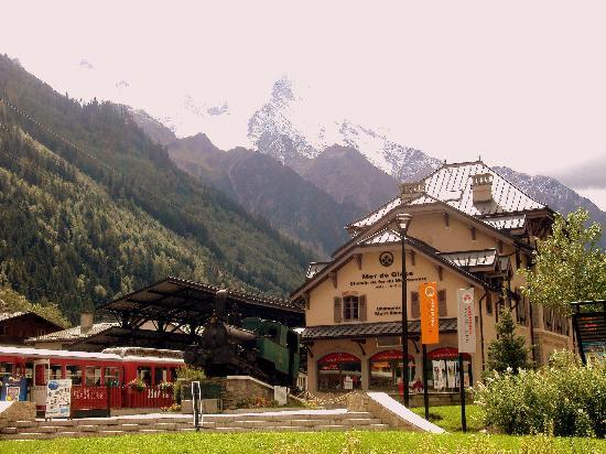 Montenvers - Mer de Glace train: Vista de la estación del tren de Montenvers-Mer de Glace, en Chamonix, detrás macizo del Mont-Bl
