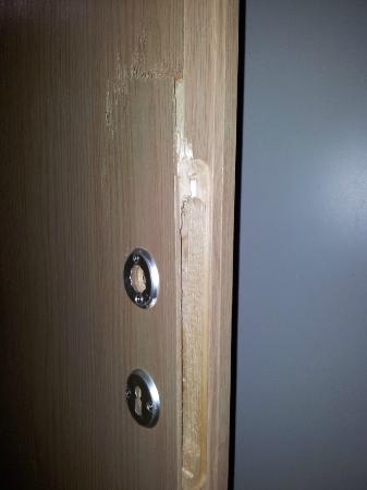 Yarden Beach Apartments: broken bedroom door