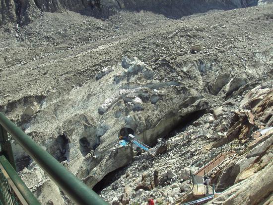 Montenvers Train - La Mer de Glace: Desde lo alto se aprecian las grutas excavadas en la masa de hielo del glaciar.