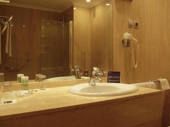 Cuarto de baño moderno, con mármol travertino.: fotografía de ...