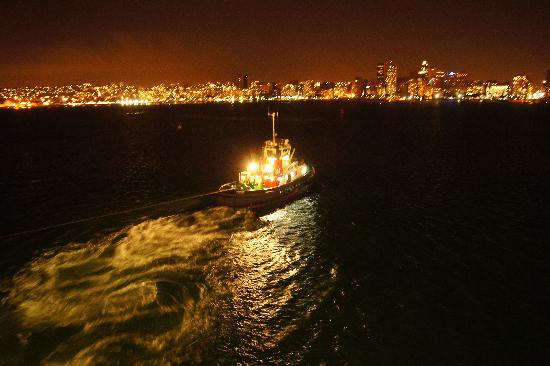 Afrika Selatan: Being towed out of Durban