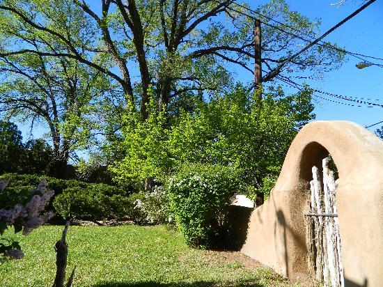 Inn at Pueblo Bonito Santa Fe: Lovely adobe walls with archways surround property.
