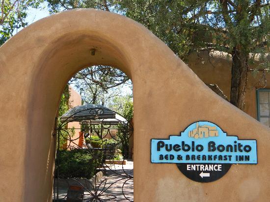 Inn at Pueblo Bonito Santa Fe: Adobe archways with wrought iron gates!