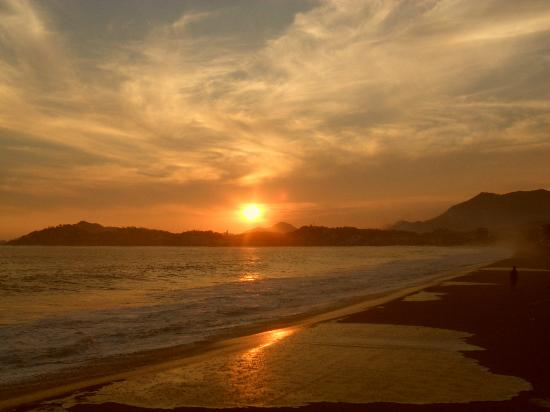 Hotelito Manzanillo Inn : Sunset from the beach (just down a flight of steps)