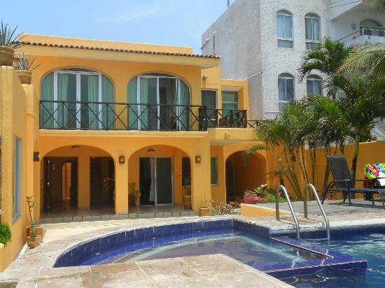 Hotelito Manzanillo Inn : Front of the hotel from the beach