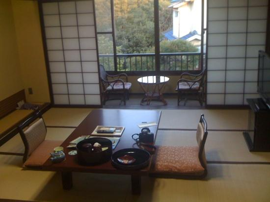 Kaihinso Kamakura: Looking from bedroom into sitting room with balcony and garden beyond.