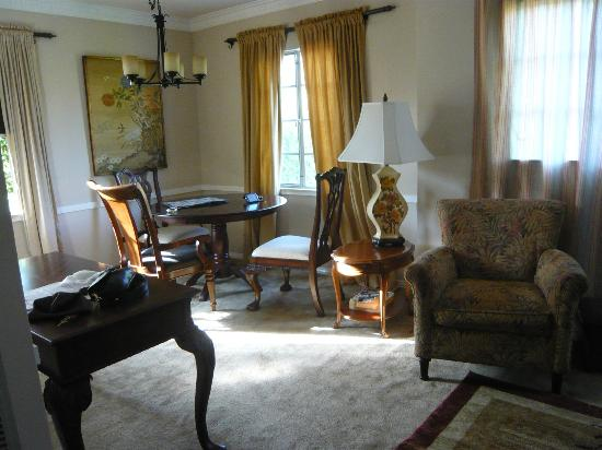 The Inn at 657: Living Dining room in our suite