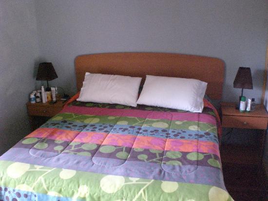 Chez Steve Residencia Kyle Mio: Cama principal de la habitación