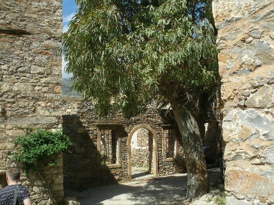 Spinalonga (Kalydon) : ...start to walk along the main street of Spinalonga....