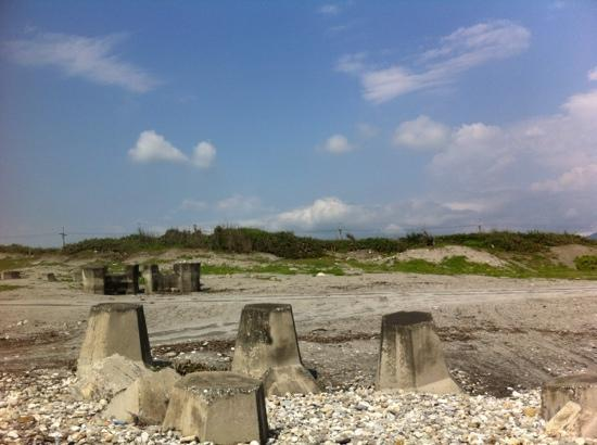 Hualien Bay: the minsu is behind the bushes
