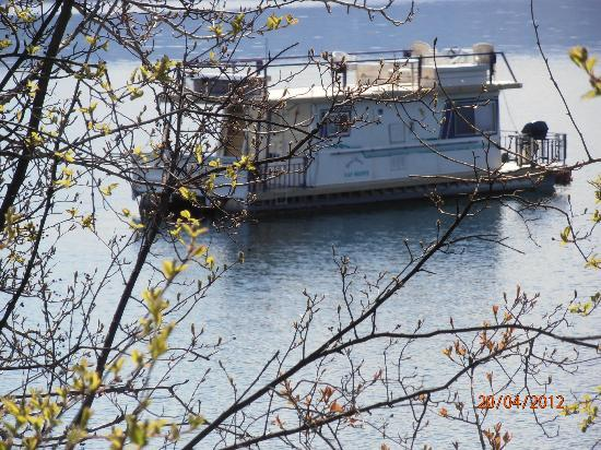 Casa Loma Lakeshore Resort: Just a stroll down the road - Houseboat on the Okanagan