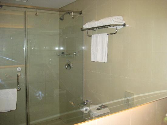 Xiang Da International Hotel: Spacious Bathroom