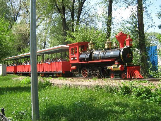 Almaty Central Park: Атракцион железная дорога, потресающее путешествие с проездом через пищеру со сказочными героями