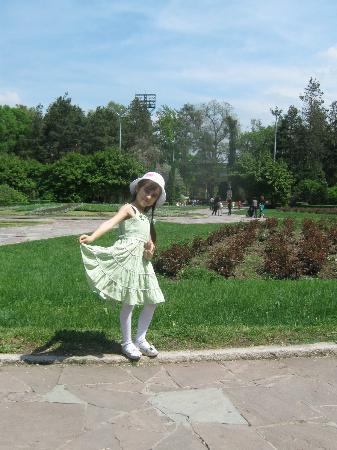Almaty Central Park: Центральный вход, традиционное фото 30 апреля 2012 год