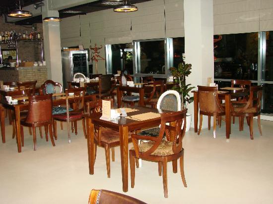 Pizzeria Napule: The non-smoking floor interior