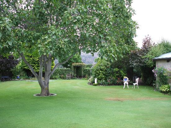 Clyde Motel: Lawns and gardens were immaculate.