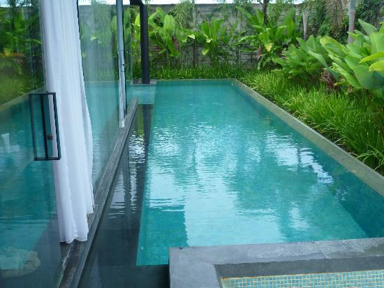 SILQ Private Residences Kerobokan Bali: Lap pool runs along the side of the villa