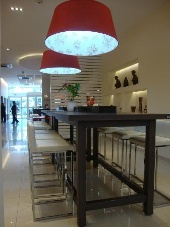 Ibis Larco Miraflores : Area adjoining the bar