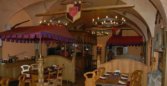 Guest Rooms Kosmopolita: Miod i Wino restaurant dining area