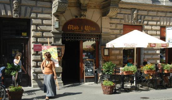Guest Rooms Kosmopolita: Miod i Wino restaurant entry