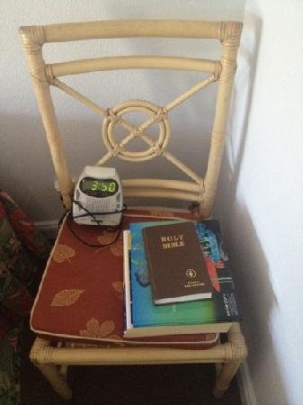 Mission Beach Resort: Bedside table