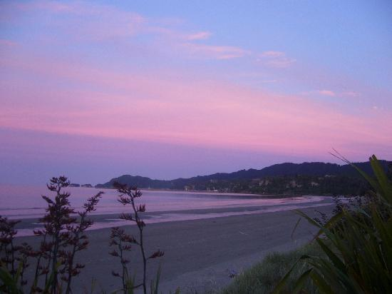 Pohara Beachfront Motel: Beautiful sunsets