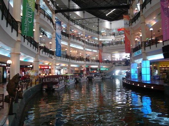 Sri Kembangan, Malesia: Mines Shopping Centre with boats
