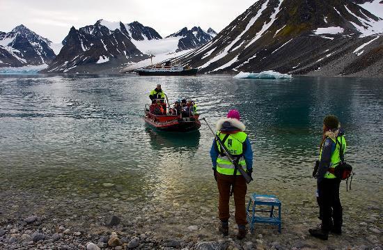 Magdalena Bay : Magdalenefjorden - Svalbard 79,6 degrees parallels