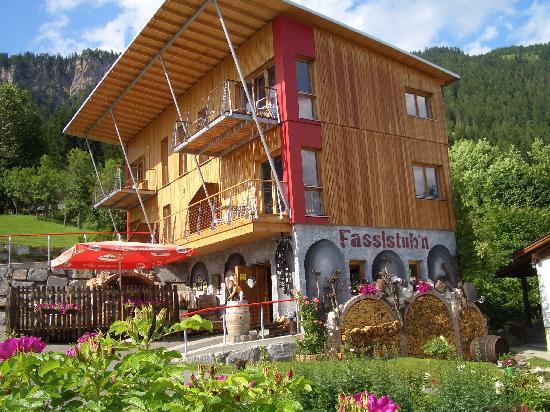 Ferienhaus Morgenfurt: Holzhaus und Fasslstube