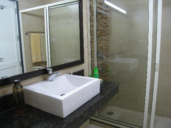 Saubhag Bed and Breakfast: Spacious, modern bathroom