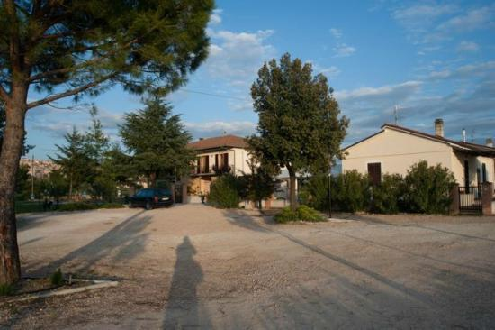 Terra Dei Santi Country House: Vista del B&B dal parcheggio