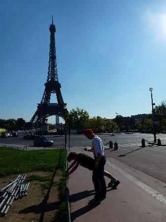 Wellicient: Eiffel tower guided fitness running tour