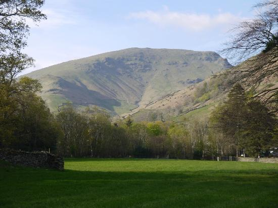 Grasmere, UK: View from outside hotel towards Helvellyn