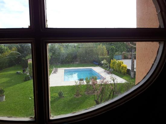 Le Mas des Grès : Vista della piscina dalla scla di accesso alle stanze.