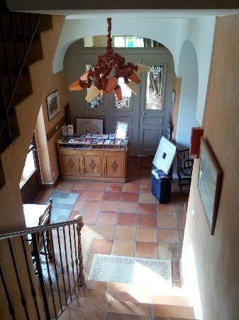 Le Mas des Gres : Vista della reception e dell'adiacente sala relax bombi.