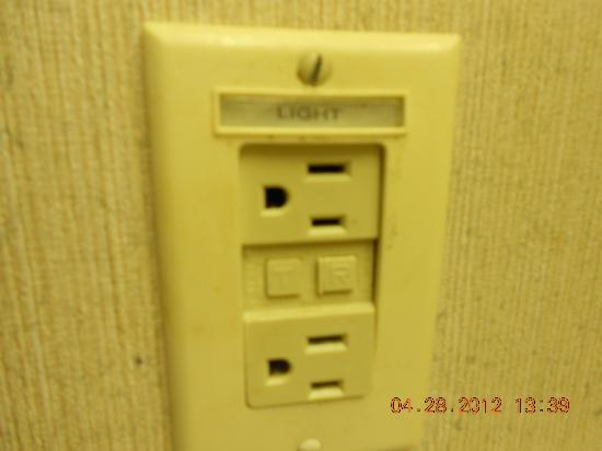 Comfort Suites Airport: Dirty light switch in room