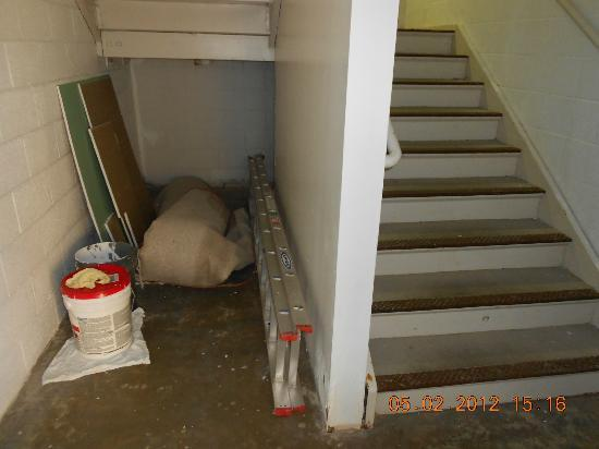Comfort Suites Airport: Storage in Stairwell