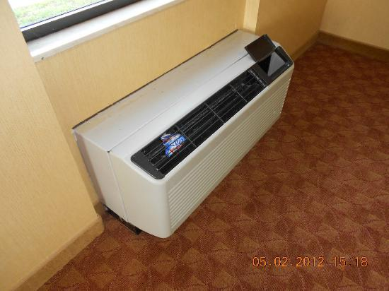 Comfort Suites Airport: Wall unit in Fitness area
