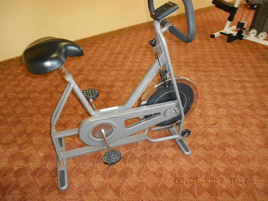 Comfort Suites Airport: Exercise Bike in Fitness room