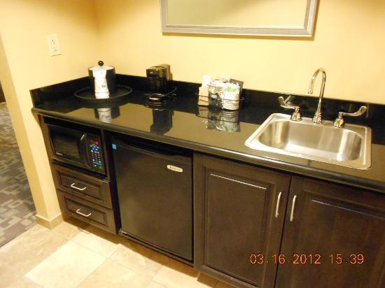 Hampton Inn and Suites Knoxville North: Wet Bar in suite