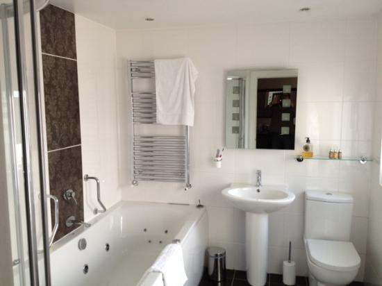Stonegarth Guest House: Bathroom with jacuzzi bath !