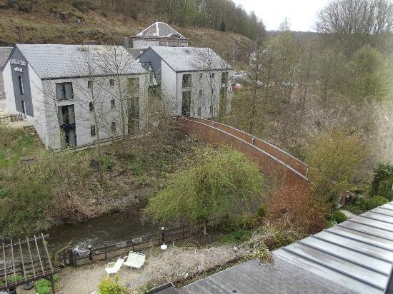 Le Val de Poix Hotel : Vue de la chambre sur le petit pont et le nouveau bâtiment !